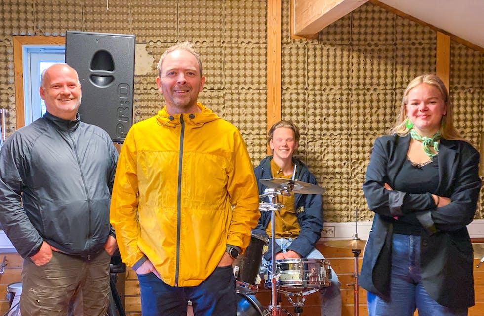 Åsmund Aasebø og Trond Merkesdal gler seg saman med Halvard Søreide og Herborg M. Kolbeinshavn i ungdomsrådet til å få på plass nytt lydstudio på Storebø.