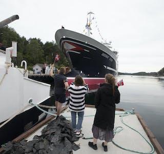 – Det er ekstra kjekt å sjå båten for fyrste gong, sa Amalie Møgster (til høgre). Ho arbeider òg i familiereiarlaget.