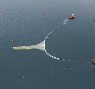 The Ocean Cleanup ønskjer å samle opp 90 prosent av plasten som flyt rundt i verdshava og har derfor jobba med ein plastoppsamlar som skal køyre døgnet rundt heile året i verdshava for å samle opp plast. Foto: Tony Hall / Mørenot / NTB / NPK