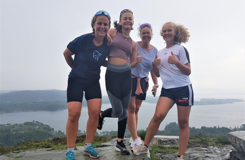 Regina N. Vestrheim, Ingrid N. Vestrheim, Anne Charlotte Østervold og Cathrine Marie Østervold på toppen av Kongskleiva. Ein av årets sommartur i Austevoll.