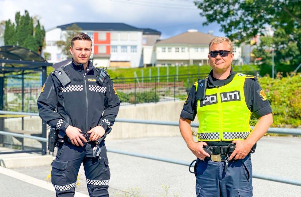 Tenesteleiar Vidar Mjåtvedt og politibetjent Kristoffer i Austevollpolitiet vonar at alle gjer ein ekstra innsats fram mot skulestart.