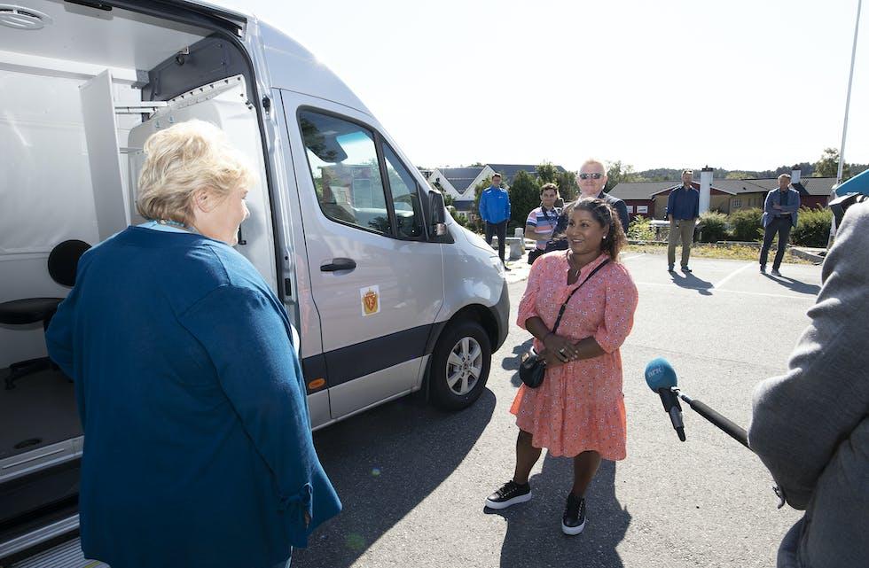 Maria Haukanes Mathisen (til høgre) vart fyrste passkunde i politets nye mobile passkontor, opna av statsminister Erna Solberg.