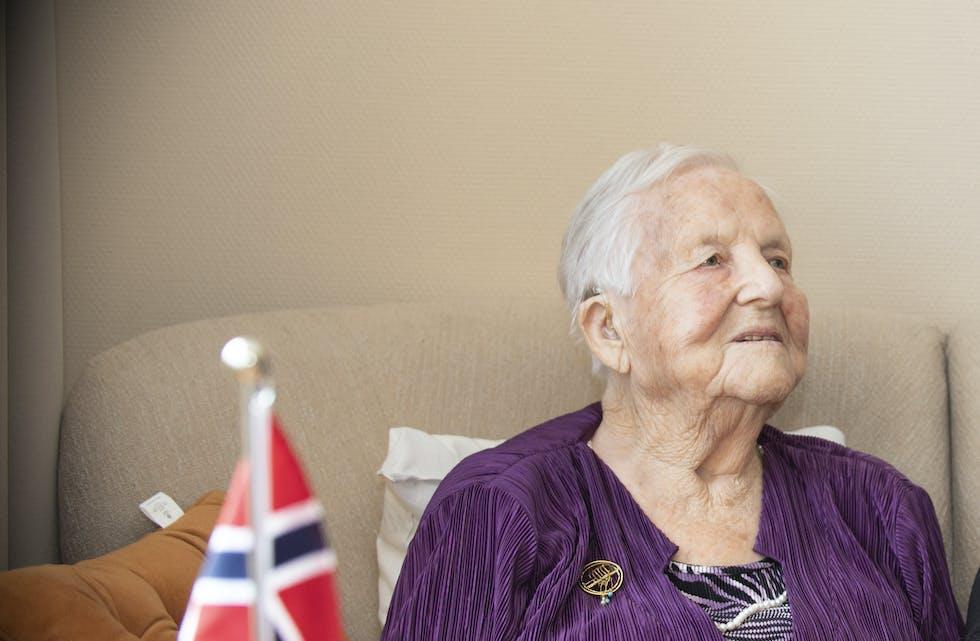 Ragnhild Veivåg på 100-årsdagen. Laurdag fekk ho kort signert Kong Harald, det var nesten for mykje.