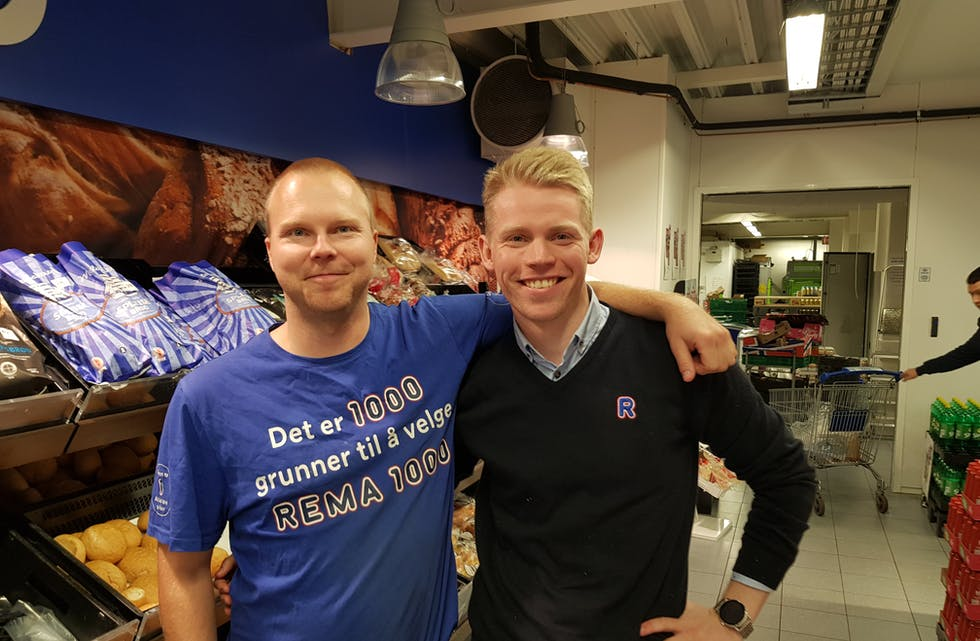 Tom André Harestad (t.v) ynskjer påtroppande kjøpmann på Rema 1000 Storebø, Kristoffer Foss, lukke til med drifta av butikken.