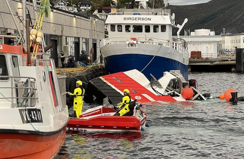 Sjarken gjekk ned ved kai, mest truleg grunna arbeid med ventilar om bord. Foto: Seline Larsen / Fjordenes Tidende.