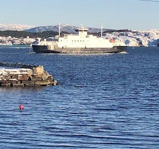 """Ei eldre Fjord1-ferje, MF """"Sogn"""" blokkerer no ferjeleiet ved Hufthamar. Her er """"Sulafjord"""", som etter planen skal inn i sambandet frå helga av."""