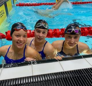 Trioen Mia Sørvik, Klara Nilsen, Thea Johansen Våge var dei første fra Austevoll idrettsklubb, symjegruppa som har kvalifisert seg for eit nasjonalt meisterskap.
