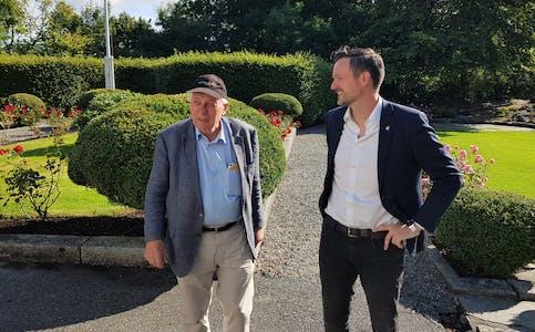 Inge Halstensen i Bekkjarvik saman med partifelle og utviklingsminister Dag Inge Ulstein (KrF)